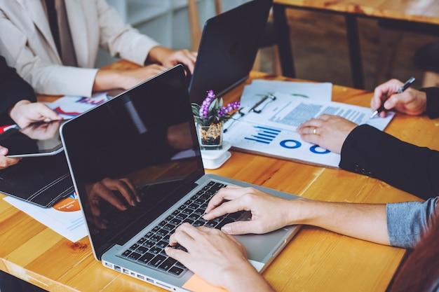 Les gens d'affaires rencontrent le temps de travailler avec le nouveau projet de démarrage. présentation d'une idée, analyse