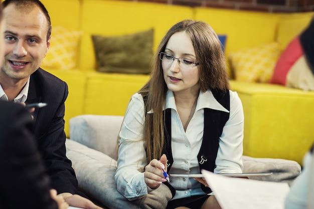 Les gens d'affaires réunion conférence discussion concept d'entreprise, équipe commerciale, partenaires commerciaux discutant des documents et des idées, conférence d'affaires dans un bureau moderne