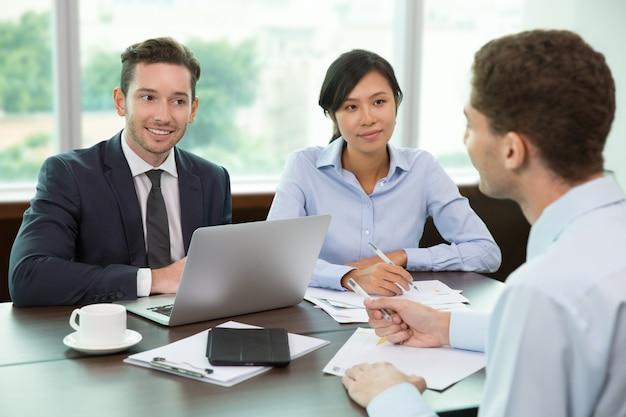 Les gens d'affaires, réunion dans office