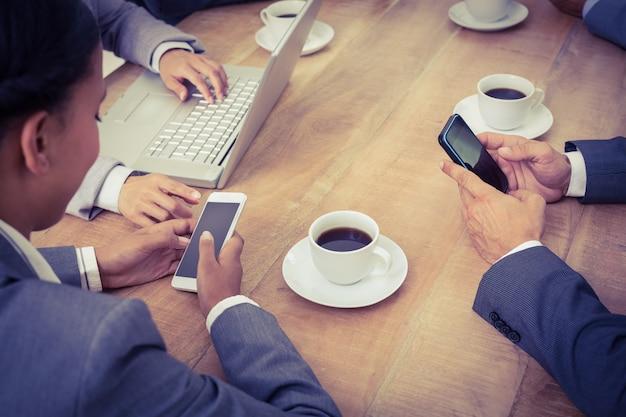 Les gens d'affaires en réunion avec les nouvelles technologies