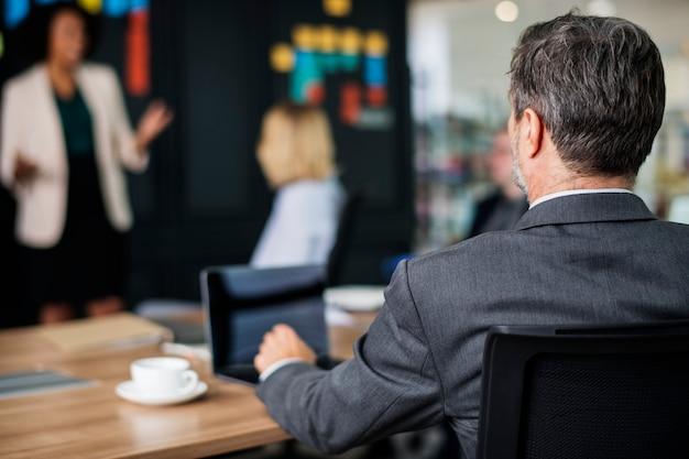 Gens d'affaires en réunion