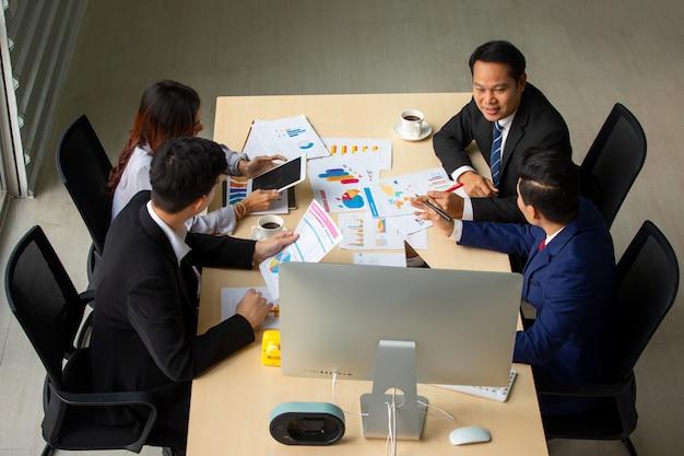 Gens d'affaires réunis au bureau