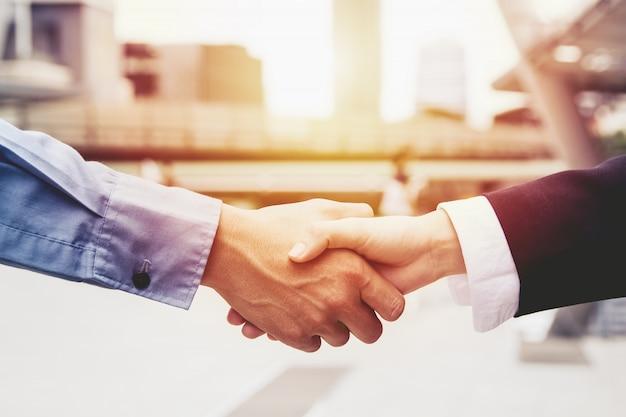 Les gens d'affaires réussis en train de fermer un accord, le concept de partenariat de l'équipe commerciale