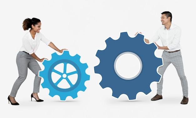 Gens d'affaires se connecter avec des engrenages