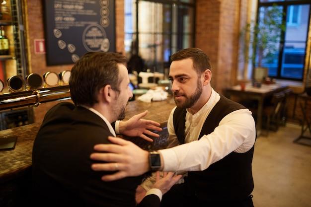 Gens d'affaires se détendre dans un pub de bière
