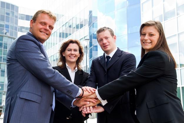 Les gens d'affaires se donnent la main