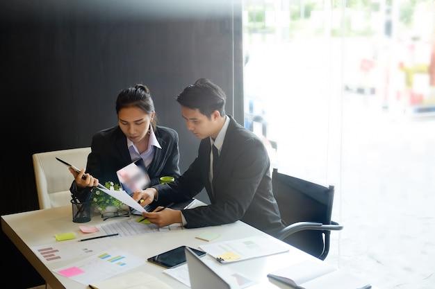 Les gens d'affaires se rencontrent et consultent au bureau.