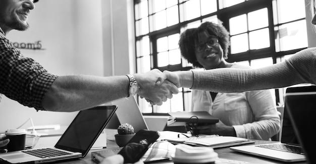 Les gens d'affaires se serrant la main en accord