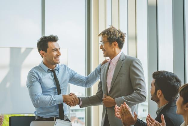 Gens d'affaires se serrant la main félicitations pour le succès de travail