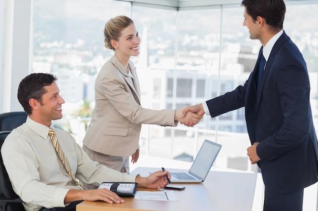 Gens d'affaires se serrant la main avec leur futur patner