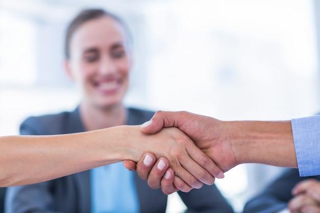 Gens d'affaires se serrant la main lors d'une réunion