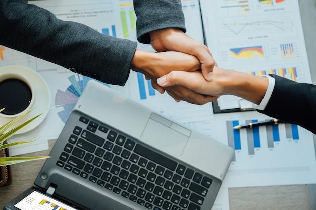 Gens d'affaires se serrant la main, partenaire final.