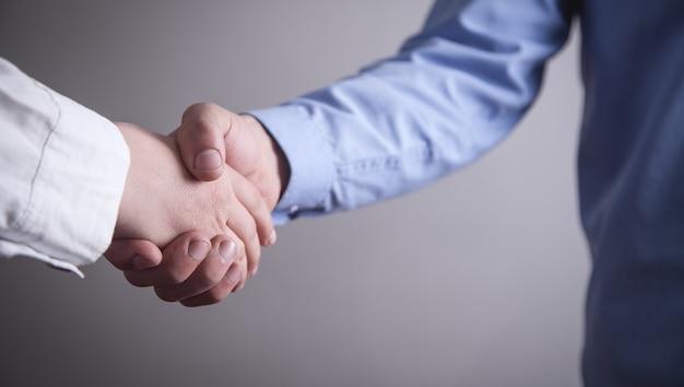 Les gens d'affaires se serrant la main. partenariat professionnel. concept de transaction