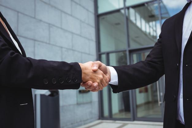 Les gens d'affaires se serrant la main