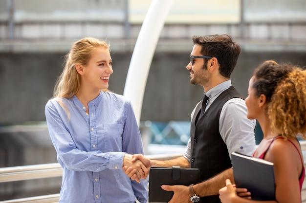 Gens d'affaires se serrant la main