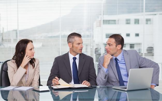 Gens d'affaires sérieux parler ensemble en attendant l'entrevue