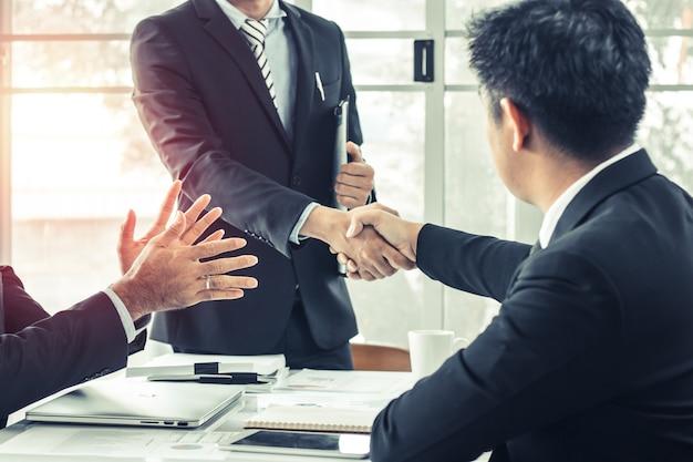Les gens d'affaires serrant la main pour coopérer et faire des affaires réussies