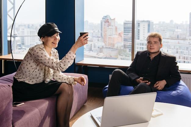 Gens d'affaires sortis célébrant la réussite de démarrage dans un bureau moderne