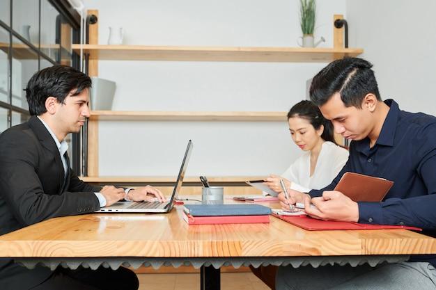 Gens d'affaires travaillant au bureau