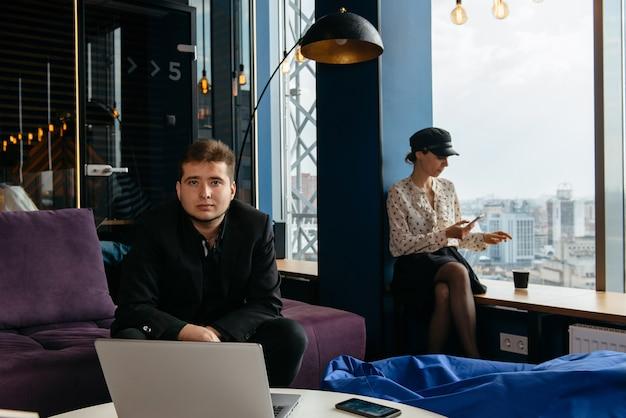 Gens d'affaires travaillant dans un bureau moderne