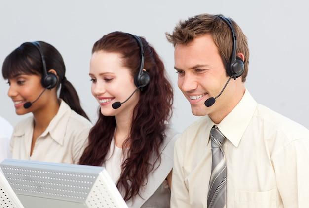 Les gens d'affaires travaillant dans un centre d'appels