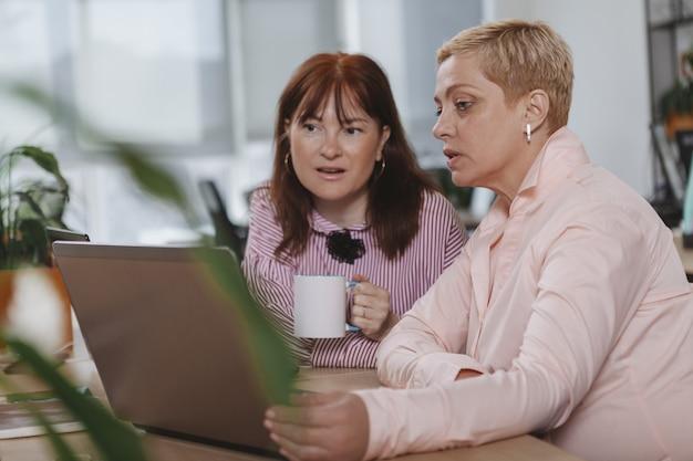 Gens d'affaires travaillant ensemble au bureau