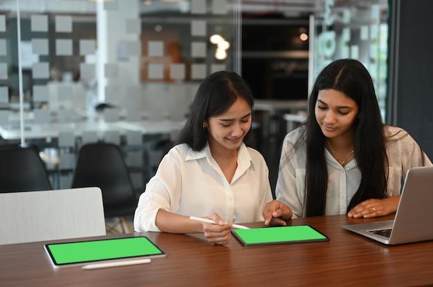 Gens d'affaires travaillant ensemble dans un bureau moderne