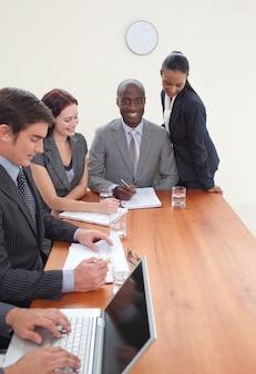 Gens d'affaires travaillant ensemble dans une réunion