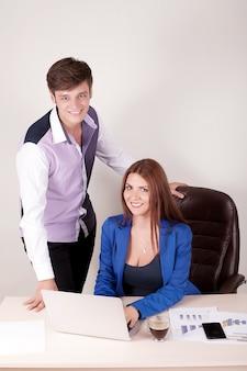 Gens d'affaires travaillant ensemble sur un ordinateur portable