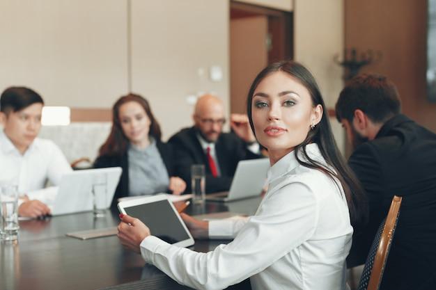 Gens d'affaires travaillant ensemble à la table de conférence