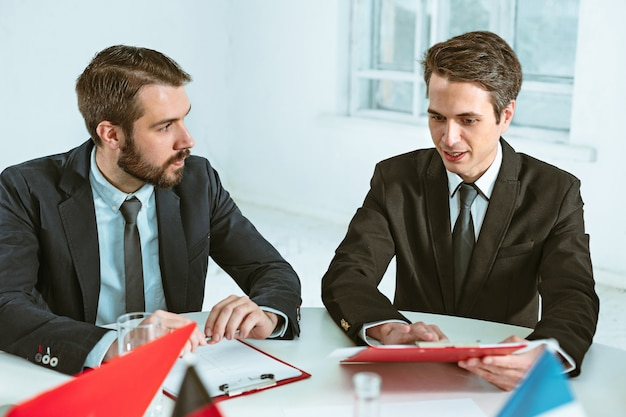 Gens d'affaires travaillant ensemble