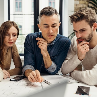 Les gens d'affaires travaillant sur un nouveau projet au bureau
