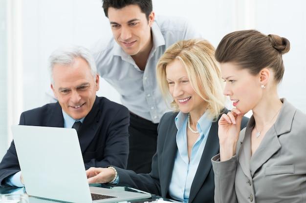 Gens d'affaires travaillant sur ordinateur portable