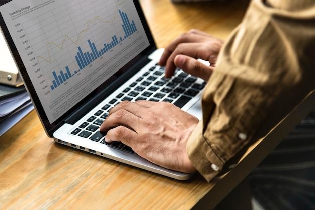 Gens d'affaires travaillant sur un ordinateur portable