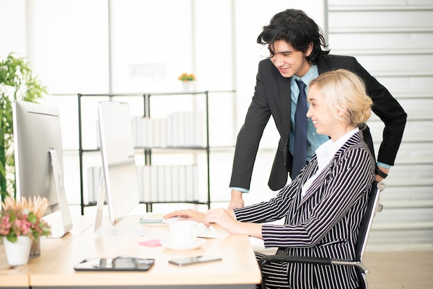 Gens d'affaires travaillant avec ordinateur