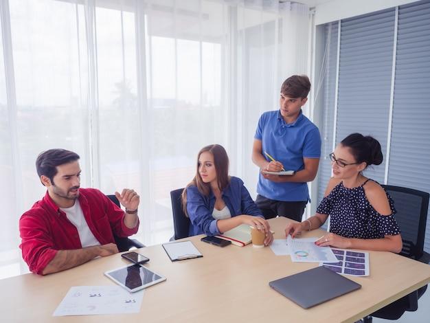 Les gens d'affaires travaillent ensemble et se rencontrent pour discuter de la situation