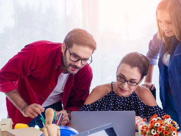Les gens d'affaires travaillent ensemble et se réunissent pour discuter de la situation sur les entreprises, concept d'entreprise