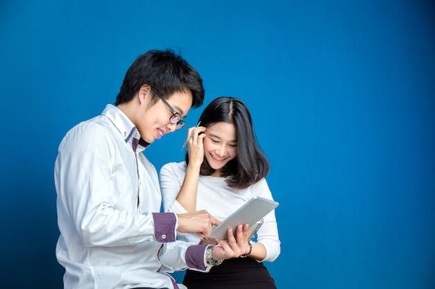 Gens d'affaires travaillent sur le pavé tactile avec un mouvement relaxant au bureau