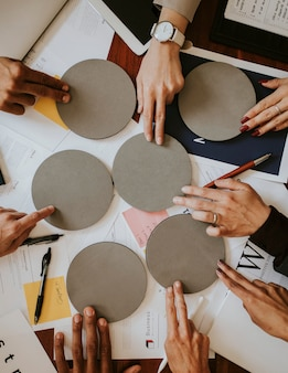 Gens d'affaires utilisant du papier rond vierge pour le remue-méninges