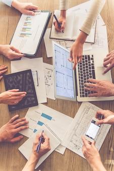 Gens d'affaires utilisant des gadgets