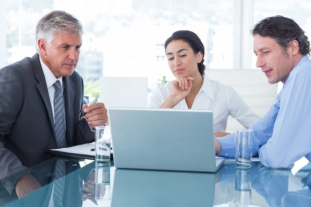 Gens d'affaires utilisant un ordinateur portable