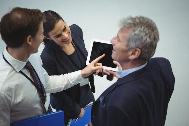 Gens d'affaires utilisant une tablette numérique