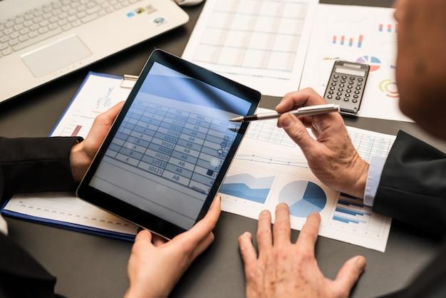 Les gens d'affaires utilisant une tablette numérique