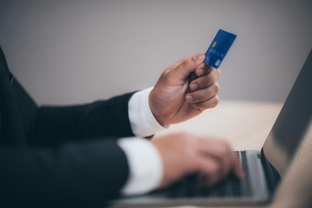Les gens d'affaires utilisent des cartes de crédit pour effectuer des transactions financières au travail