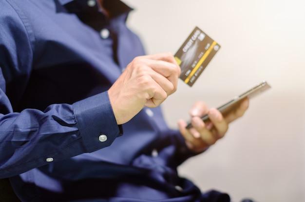 Les gens d'affaires utilisent des cartes de crédit via smartphone pour faire des achats et faire des affaires dans le commerce