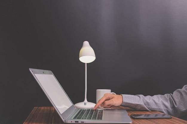Les gens d'affaires utilisent des ordinateurs portables pour le travail