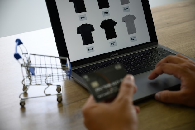 Les gens d'affaires utilisent la technologie e-commerce internet marketing plan d'achat global