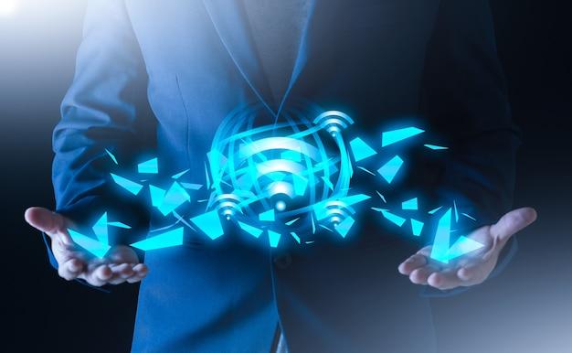 Les gens d'affaires utilisent la technologie internet sans fil pour connecter le concept de signal de réseau wifi rapide de données