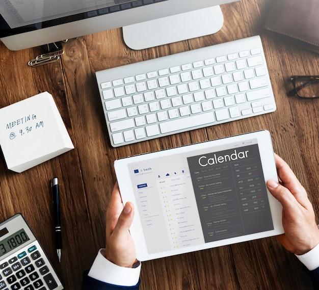 Gens d'affaires vérifiant le rendez-vous sur le calendrier de l'organisateur personnel