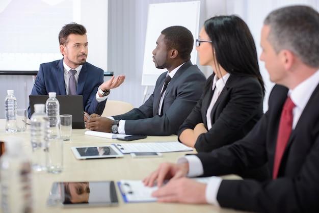 Gens d'affaires en vetu lors d'une réunion de bureau.